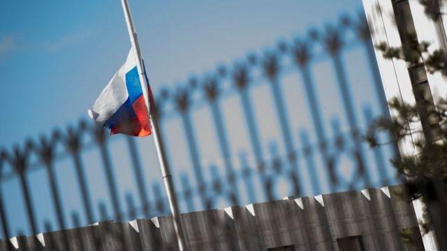 La bandera de Rusia ondea en la sede de la embajada de ese país en Washington DC.