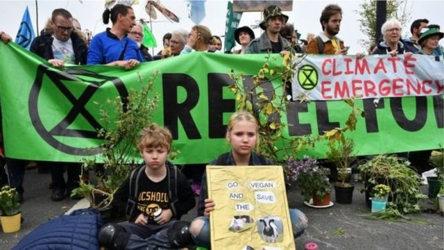 Tham gia phong trào 'Extinction Rebellion' có cả người lớn và trẻ em