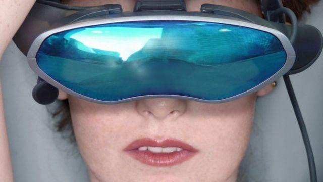 Una mujer utilizando casco de realidad virtual