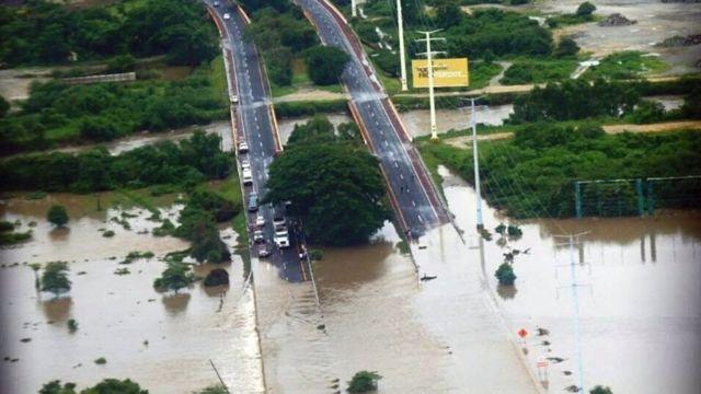 Carretera inundada en México
