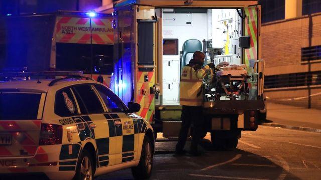Manchester'da yaralının kaldırıldığı ambülans görülüyor