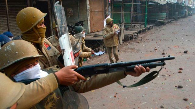 कानपुर में विरोध प्रदर्शन के दौरान कुछ पुलिसकर्मी