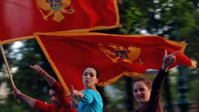 مواطنون يرفعون علم الجبل الأسود في العاصمة بودغوريتشا عام 2006 بعد إعلان استقلالها عن صربيا