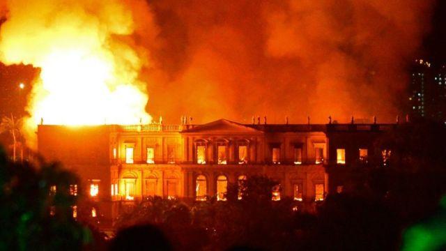 Foto de Museu Nacional pegando fogo