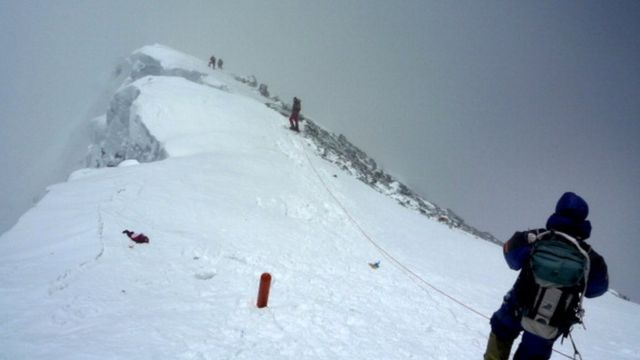 Unidentified mountaineers descend from the summit of Everest. (file picture)
