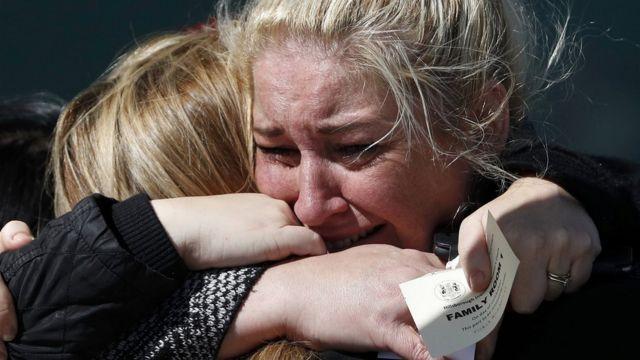 警察による過失致死が認定され、抱き合う遺族たち