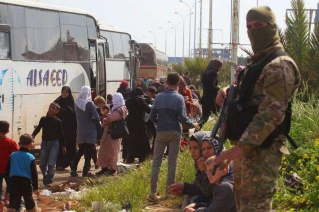 เหตุระเบิดเกิดขึ้นขณะบรรดาผู้อพยพกำลังรอเดินทางต่อ โดยมีกองกำลังฝ่ายกบฏเฝ้าคุ้มกันอยู่
