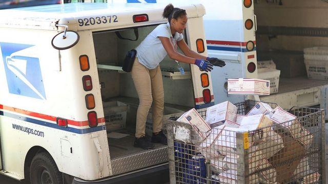 Funcionária do Serviço Postal dos EUA separa encomendas da Amazon