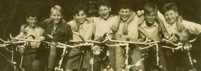કાર્લ લેહમેન(ડાબેથી ત્રીજા)નો ઉછેર કોલોનમાં થયો હતો, પણ તેમને તેમના ભાઈ જ્યોર્જ (છેક ડાબે) સાથે 1939માં બ્રિટન મોકલી આપવામાં આવ્યા હતા