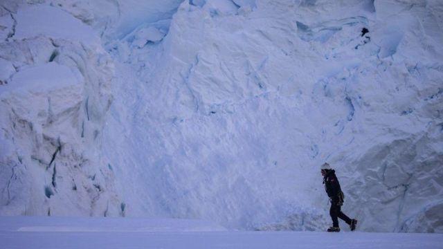 Una persona caminando en la Antártida