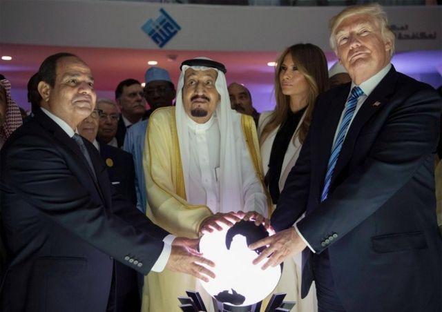 ABD Başkanı Donald Trump (sağda), First Lady Melania Trump, Suudi Arabistan Kralı Salman bin Abdulaziz el-Suud (ortada) ve Mısır Cumhurbaşkanı Abdulfettah el-Sisi (solda)