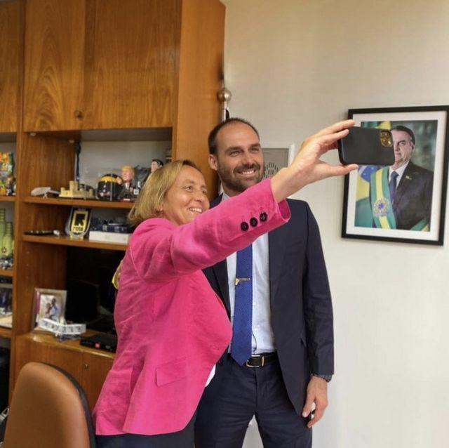 Beatrix faz selfie com Eduardo Bolsonaro