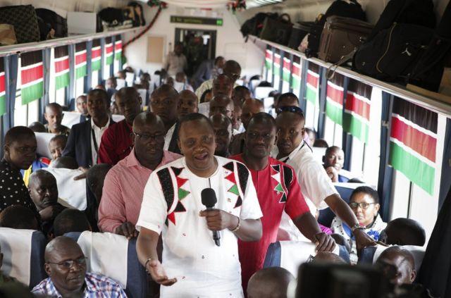 肯尼亞總統肯雅塔在通車儀式後登上列車體驗並向外國記者發表講話。