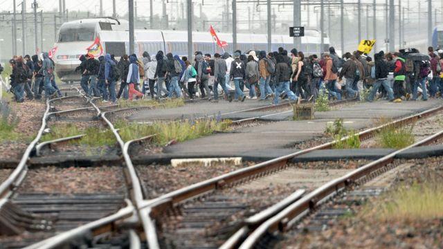 フランスではサッカーの欧州選手権が来月に予定されている(写真は26日に仏北西部のレンヌで行われたデモ)