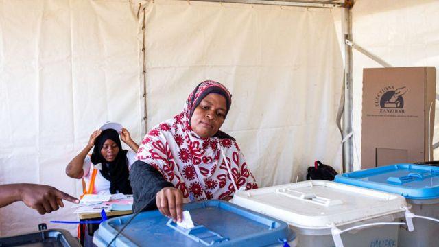 Une Femme votant dans un bureau de vote à Zanzibar