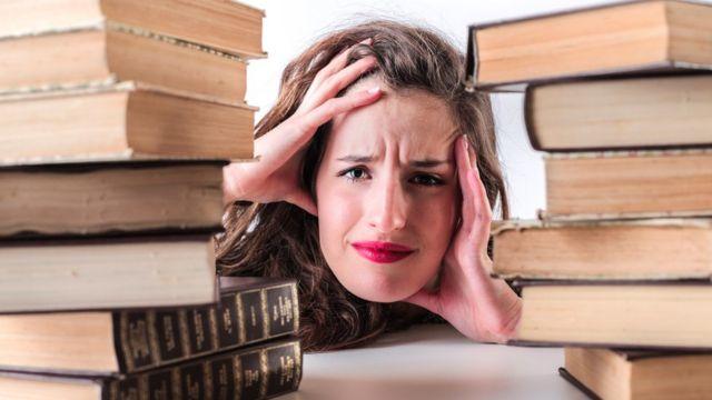 Mujer, entre libros.