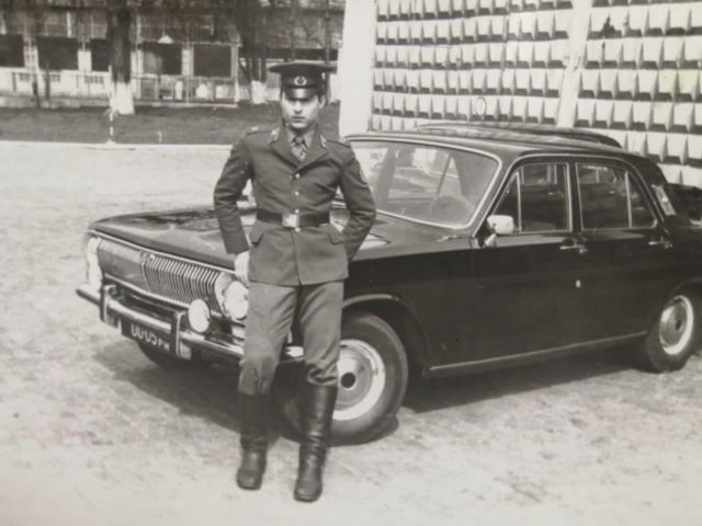 солдат у машины