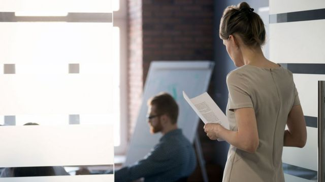 Homem e mulher no escritório