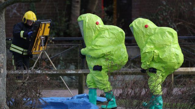 Следователи в костюмах химической защиты проверяют место, где были найдены Скрипали