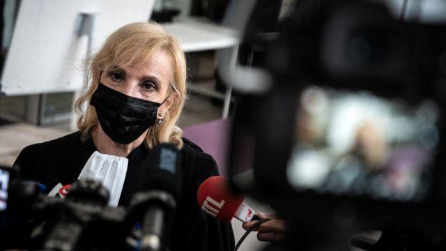 A advogada francesa Janine Bonaggiunta fala à imprensa após o início do julgamento de sua cliente Valerie Bacot