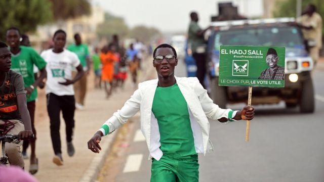 Un militant du parti d'Issa Sall, le Pur, habillé au couleurs du parti politique.