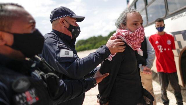 Manifestante é preso após fazer protesto contra Bolsonaro usando bandeira com suástica