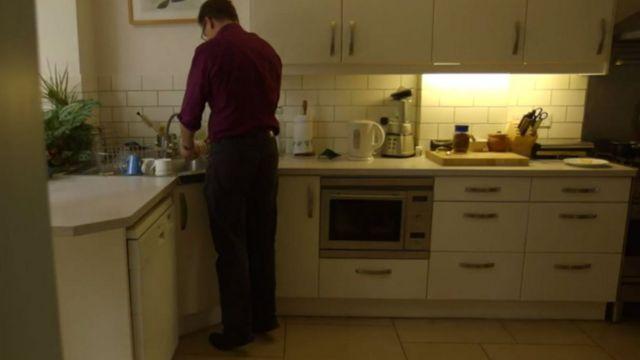 De puntillas mientras lava los platos