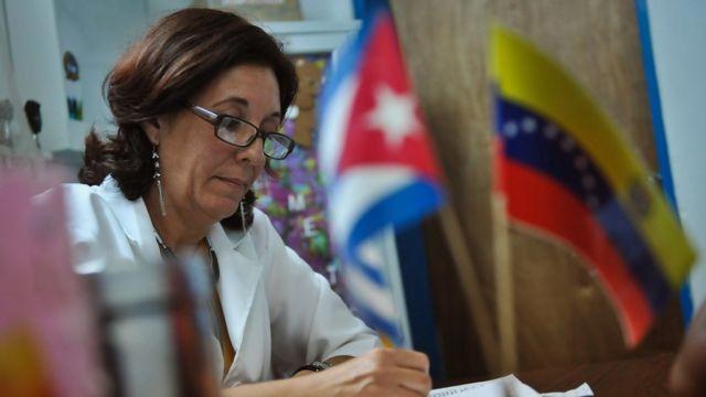 Miles de médicos cubanos llegaron a Venezuela a través del convenio de petróleo por servicios profesionales.