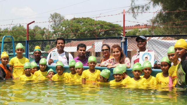 """Niñas que aprenden a nadar con la campaña """"Enseña a una niña a nadar""""."""