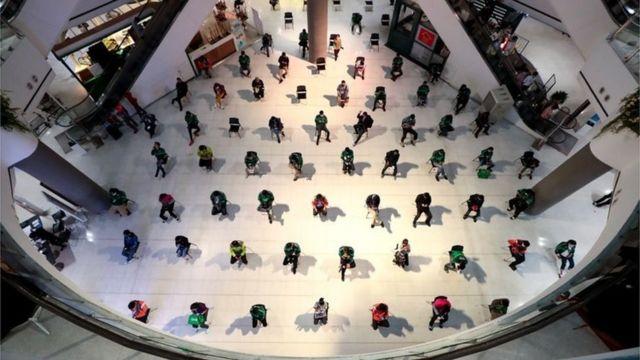 ประชาชนที่ต้องการซื้ออาหารจากศูนย์อาหารภายในห้างสรรพสินค้าเซ็นทรัล ปิ่นเกล้า กลับไปรับประทานที่บ้าน ต้องนั่งรอห่างกัน 1 เมตรระหว่างรอรับอาหาร