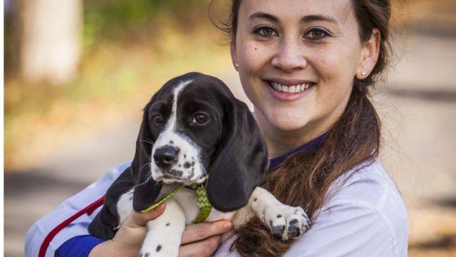 コーネル大学のジェニファー・ナガシマさんと、体外受精で生まれたビーグルとスパニエルのミックス子犬
