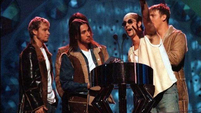 Los Backstreet Boys obtuvieron numerosos premios, como este en 2000 en los premios MTV en Suecia.