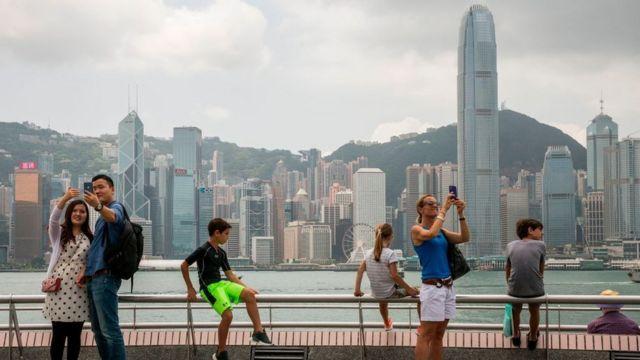 شباب يلتقطون الصور في هونغ كونغ