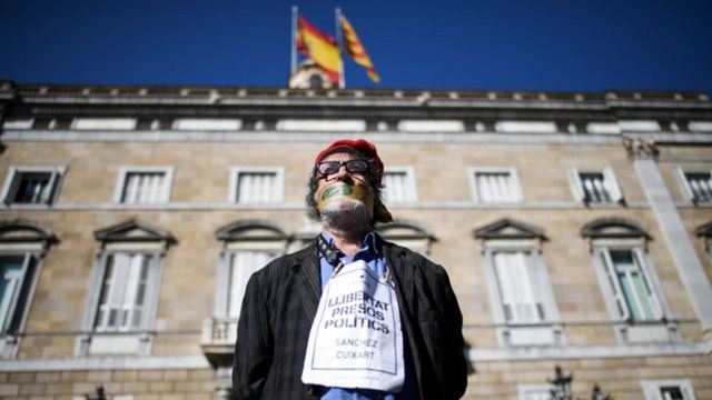 Protester for Catalan, outside di Catalan regional government headquarters