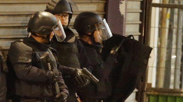 武装した警官が付近を封鎖した(18日)