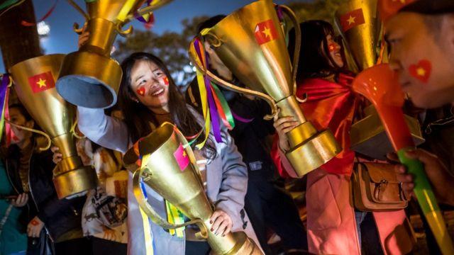 Cổ động viên Việt Nam vui mừng sau khi đội nhà vô địch AFF Cup ngày 15/12