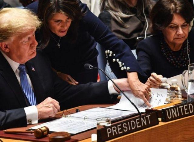 خانم هیلی دو هفته پیش در کنار دونالد ترامپ ریاست جلسه شورای امنیت با موضوع سلاحهای هستهای را بر عهده داشت