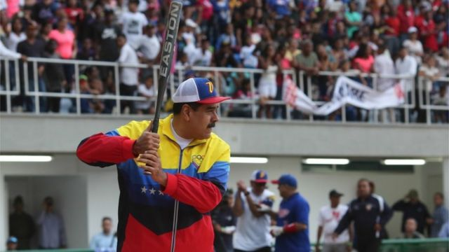 Maduro jugando al beisbol el domingo pasado.