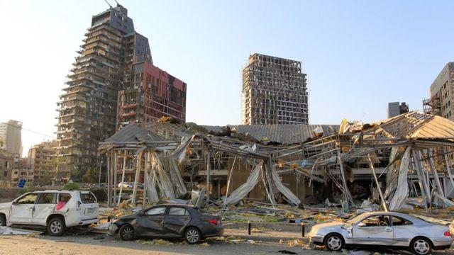 Edificios y coches dañados por la explosión.