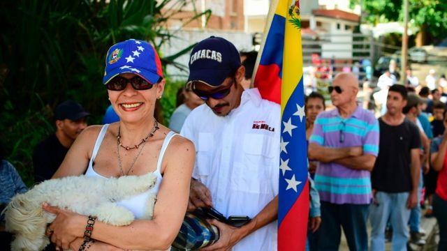 Fila en un punto de votación en Caracas