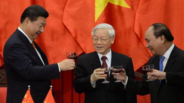 Ông Tập Cận Bình nâng ly cùng ông Nguyễn Phú Trọng và Nguyễn Xuân Phúc năm 2015 tại Hà Nội, sau khi chứng kiến hàng loạt lễ ký thỏa thuận hợp tác song phương Việt Nam - Trung Quốc
