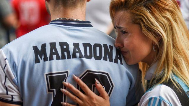 "Maradona: l'Argentine pleure la mort de son ""Dieu du football"" - BBC News Afrique"