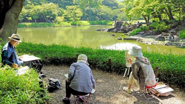 જાપાનીઝ લોકો પેઈન્ટિંગ કરી રહ્યા છે.
