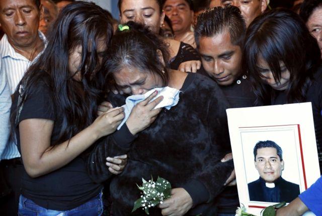 La Iglesia se queja de la velocidad con que las autoridades han dado por resuelto los casos de los sacerdotes muertos.