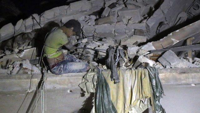 がれきに埋められていたこの12歳少年はクレーンで救出された(アレッポ・カテルジ)