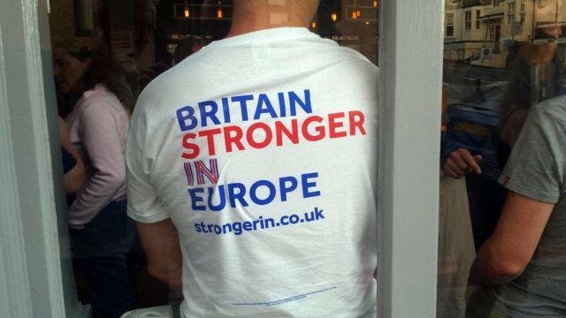 Apoiador da permanência do Reino Unido na UE usa camiseta da campanha do governo em Londres