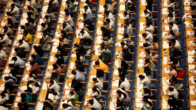 Estudiantes durante un examen de admisión en la ciudad de Jinan.