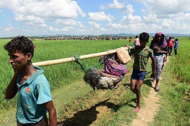 ผู้อพยพชาวโรฮิงญาข้ามแม่น้ำนาฟและเดินมาตามทุ่งนาเพื่อเข้ามาในบังกลาเทศ เพราะต้องการหลบจากความรุนแรงแรงที่เกิดขึ้นบ้านเกิดของเขาในรัฐยะไข่ของเมียนมา