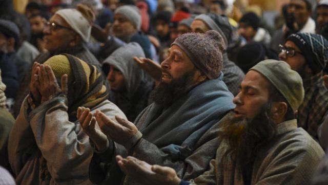 श्रीनगर की जामा मस्जिद में जुमे की नमाज़ अदा करते लोग