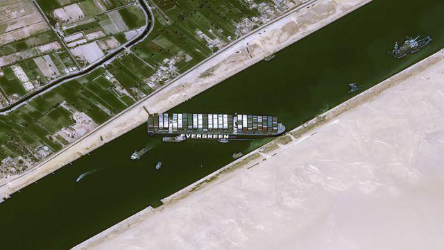 Imagen satelital que muestra la posición del Ever Given en el Canal de Suez.